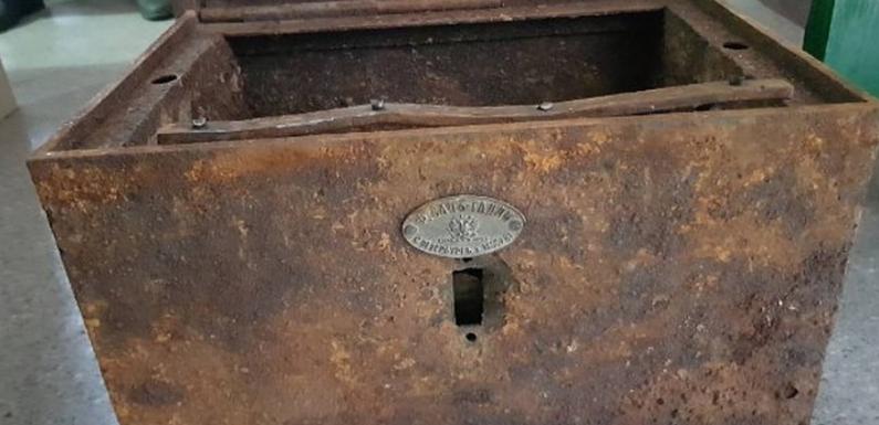В Коссовском дворце строители обнаружили старинный сундук