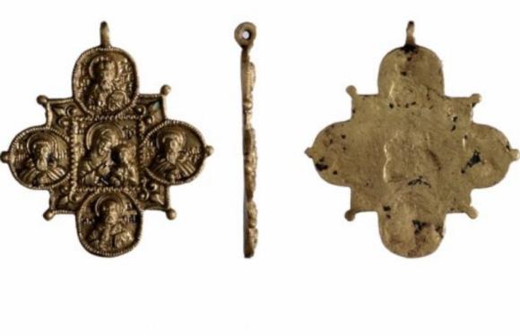 На Болотной площади в Москве найден крест XVII века