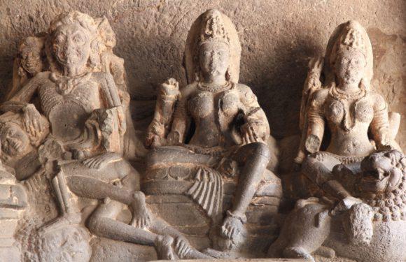 Благодаря наводнению в Индии были найдены древние терракотовые статуи богов