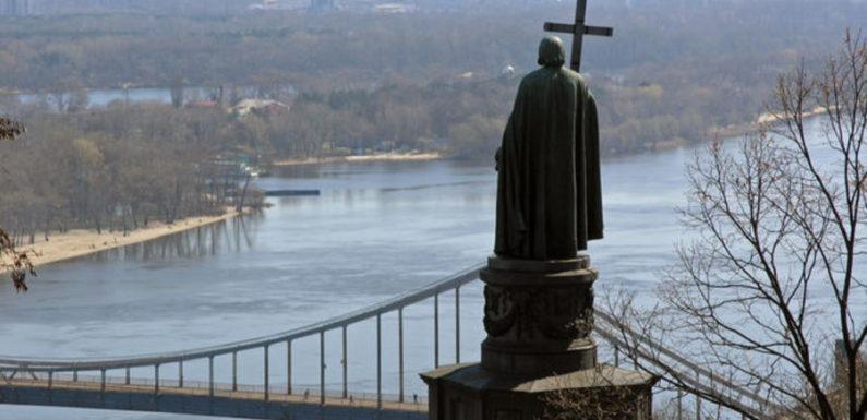 У памятника князю Владимиру в Киеве археологи нашли артефакты, которым более тысячи лет