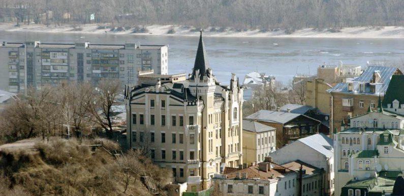 Жители Киева обнаружили древний клад во время посадки деревьев