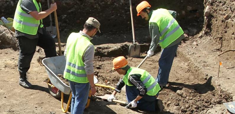 В Москве археологи нашли револьвер XIX века и милицейскую кокарду