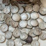 В ОАЭ обнаружен старинный клад из сотен серебряных монет